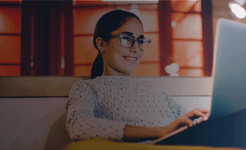 Mulher sorridente utilizando laptop