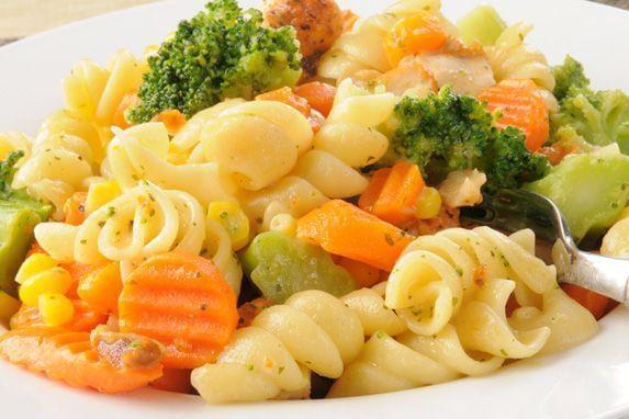 Prato de macarrão com legumes