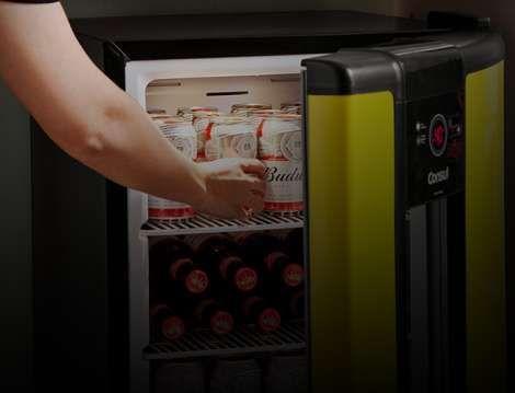 Vemos uma pessoa pegando uma cerveja dentro da cervejeira Smartbeer_