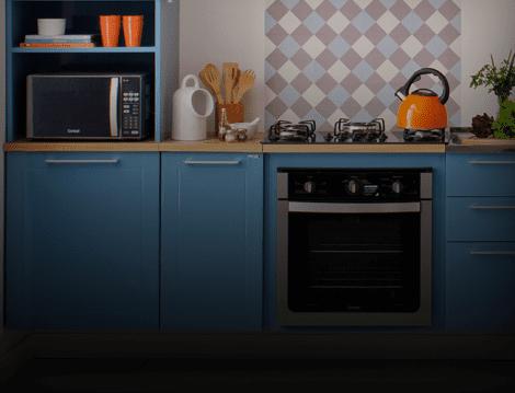 Uma cozinha com alguns eletrodomésticos