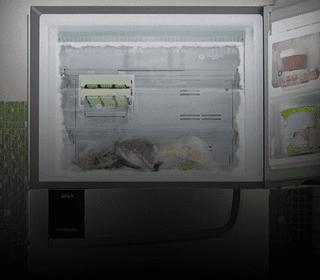 Congelador aberto com alguns legumes e verduras congeladas