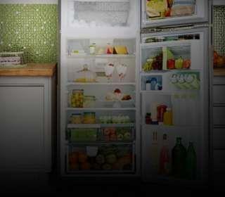 Uma geladeira aberta com vários alimentos dentro