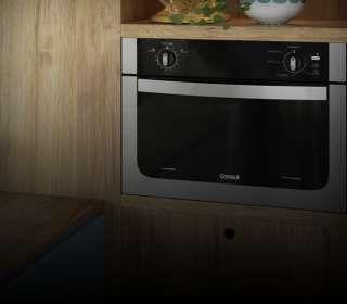 Cozinha com forno de embutir instalado.