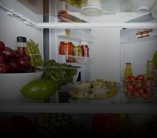Geladeira aberta com vários alimentos dentro.