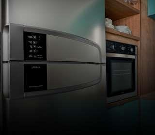 Uma cozinha com destaque para a geladeira.