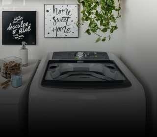 Máquina de lavar na área de serviço