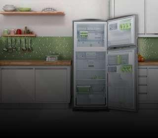 Geladeira com a porta aberta na cozinha