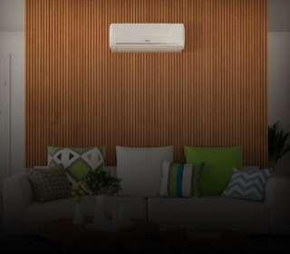 Ar-condicionado instalado na parede da sala acima do sofá
