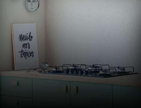 Um balcão de cozinha com um cooktop a gás no meio.