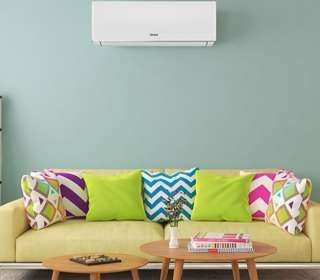 ar-condicionado na sala com sofá e almofadas