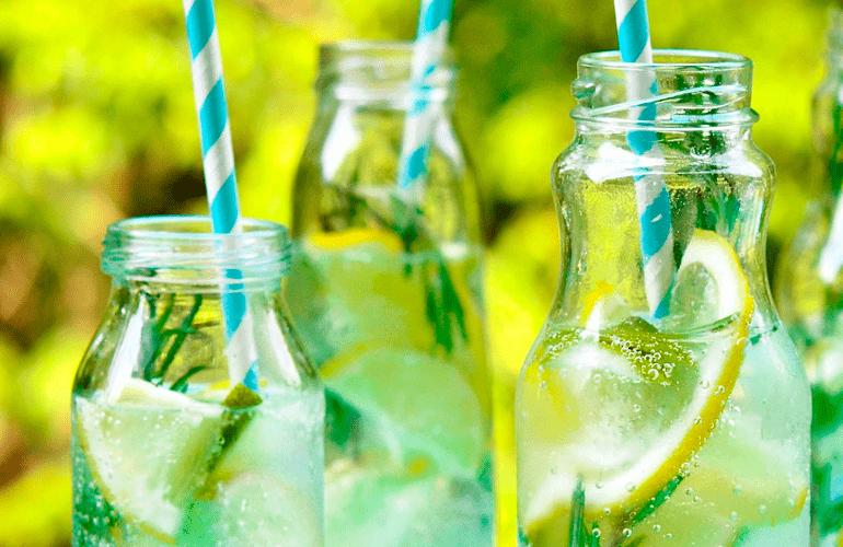 água saborizada com limão e alecrim