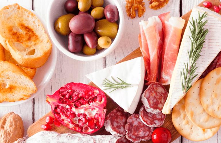 tábua de frios com frutas