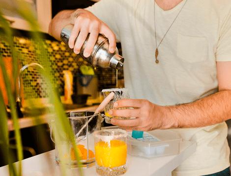 Homem fazendo um drink