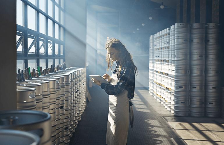 mulher fazendo cerveja