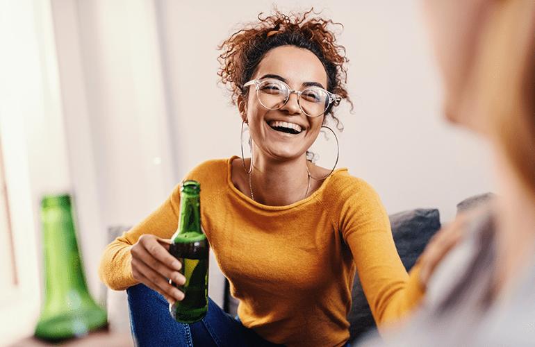 mulher jovem bebendo cerveja