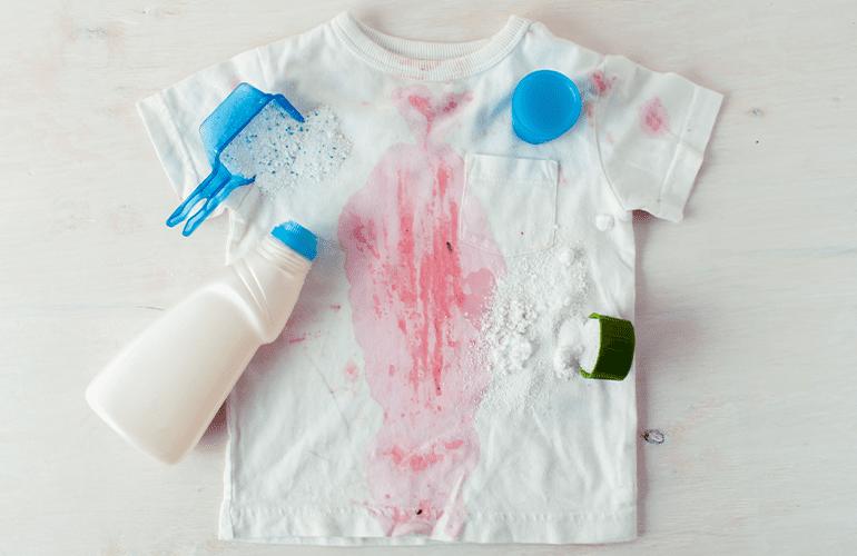 Camiseta branca manchada como limpar