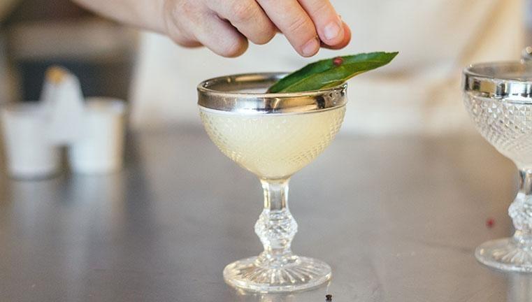 Aprenda a fazer o Savi, um drink diferente de tudo que você já tomou