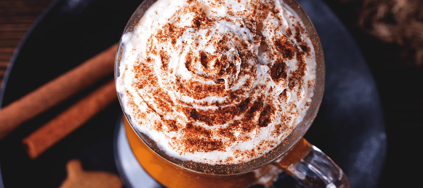 Café com clima de cafeteria em casa: veja como fazer caramelo e chantilly para um café cremoso
