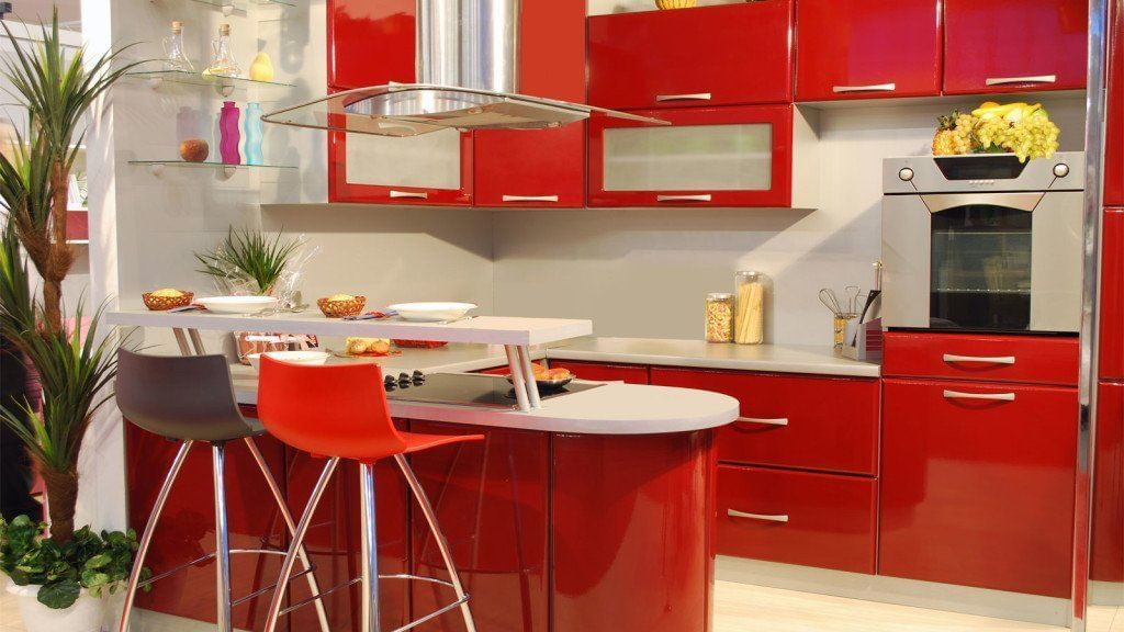 Nos armários, o vermelho pode ser bem utilizado, principalmente se o tampo das bancadas for em tons mais claros