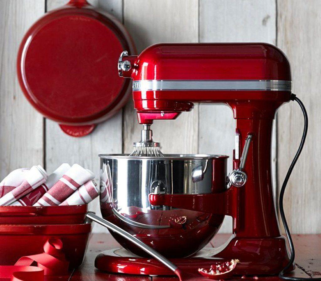 Os eletrodomésticos da KitchenAid são ideais para compor uma cozinha vermelha muito prática e cheia de charme