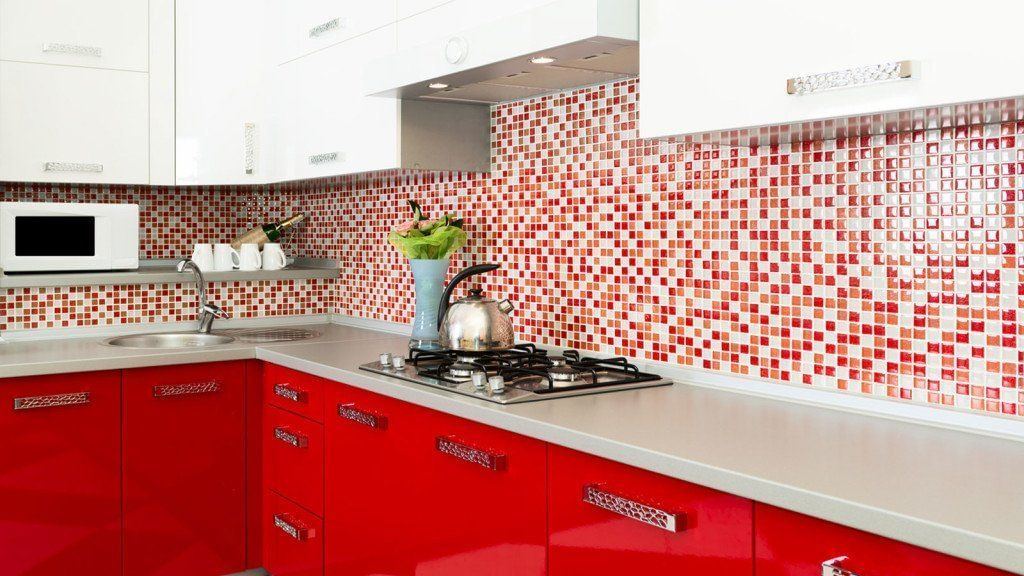 As paredes vermelhas pedem um toque mais claro nas bacadas ou armários, para equilibrar a decoração