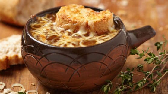 Sopa de cebola gratinada e queijo gruyère