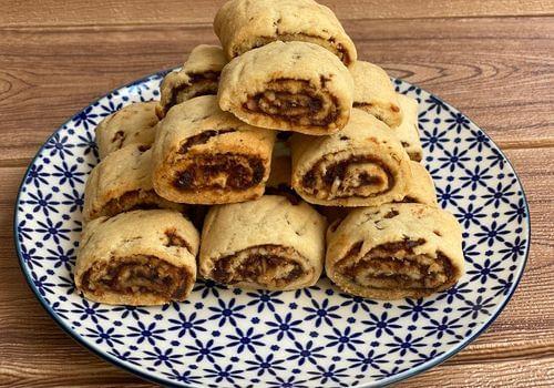 עוגיות תמרים מגולגלות עם אגוזי מלך וקינמון