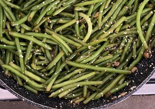 שעועית ירוקה מוקפצת עם סויה וסומסום