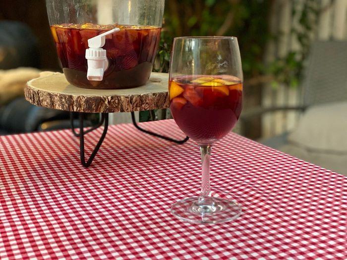 סנגריה - פונץ' קוקטייל יין אדם