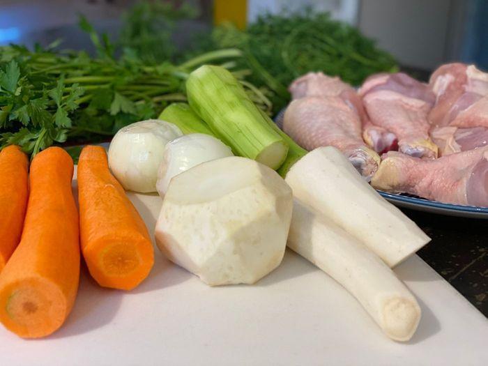 מרכיבים להכנת מרק עוף