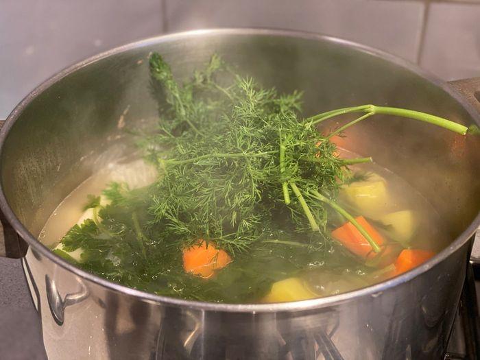 שמיר הוא ירק שהולך נהדר במרק עוף
