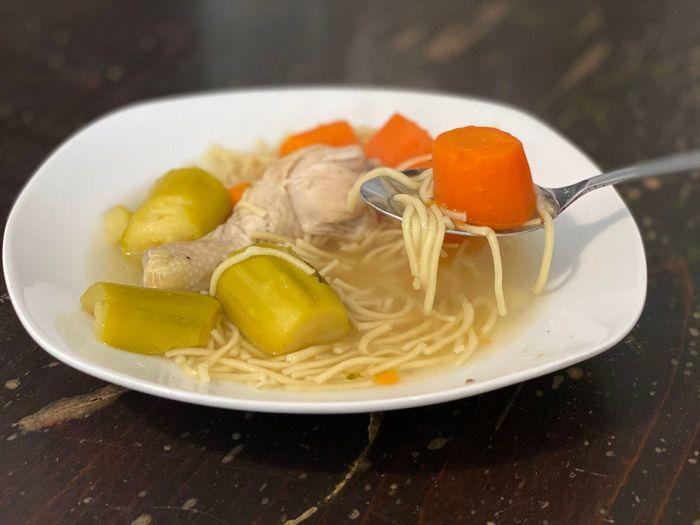 מרק עוף קלאסי של סבתא עם ירקות ואטריות ביצים