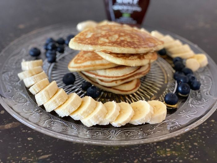 פנקייק אמריקאי אוורירי קלאסי עבה בתוספת בננות ואוכמניות