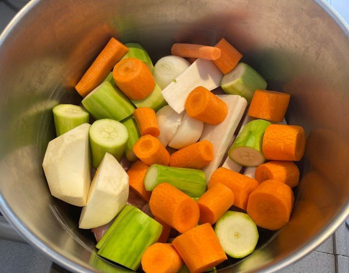 ירקות שורש בצל , גזר, קישואים, שורש סלרי ושורש פטרוזיליה להכנת מרק עוף