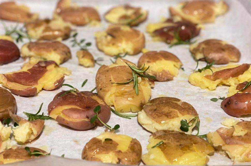תפוחי אדמה מעוכים בתנור זהובים רכים וקריספיים