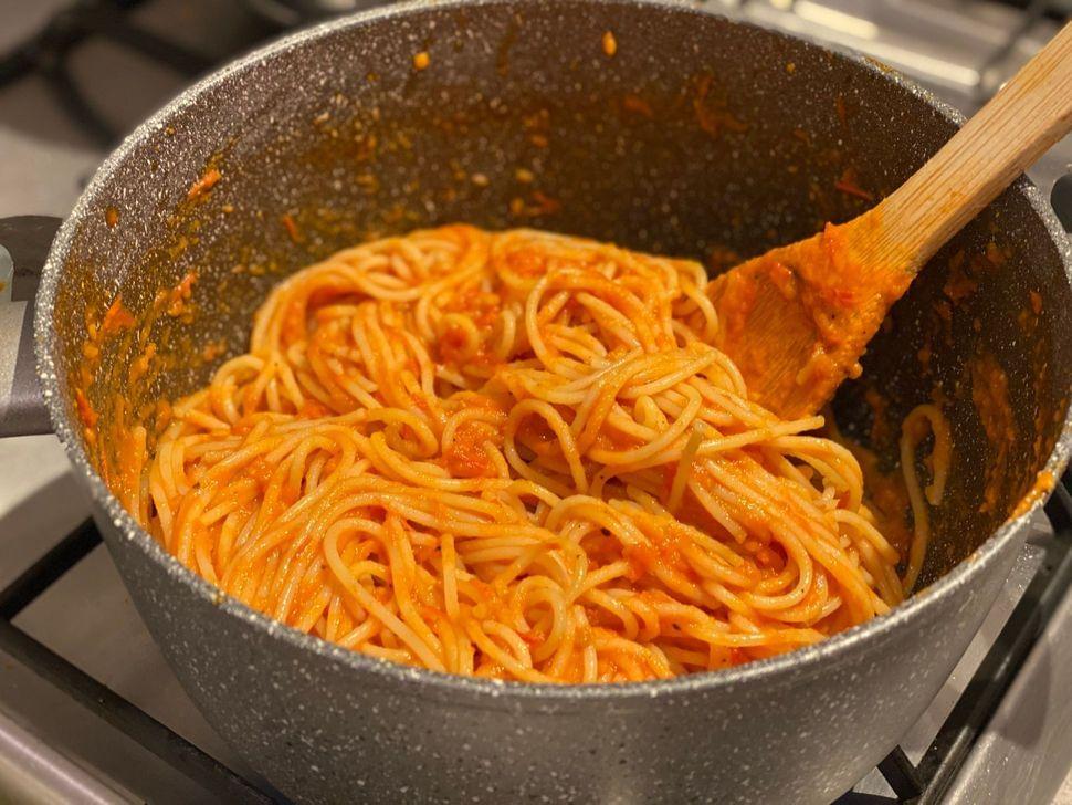 ספגטי ברוטב עגבניות של סבתא שילדים אוהבים!