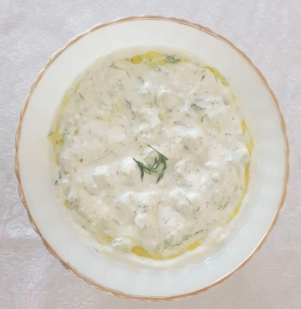 צזיקי - סלט יוגורט ומלפפונים יווני עם שום שמיר ושמן זית