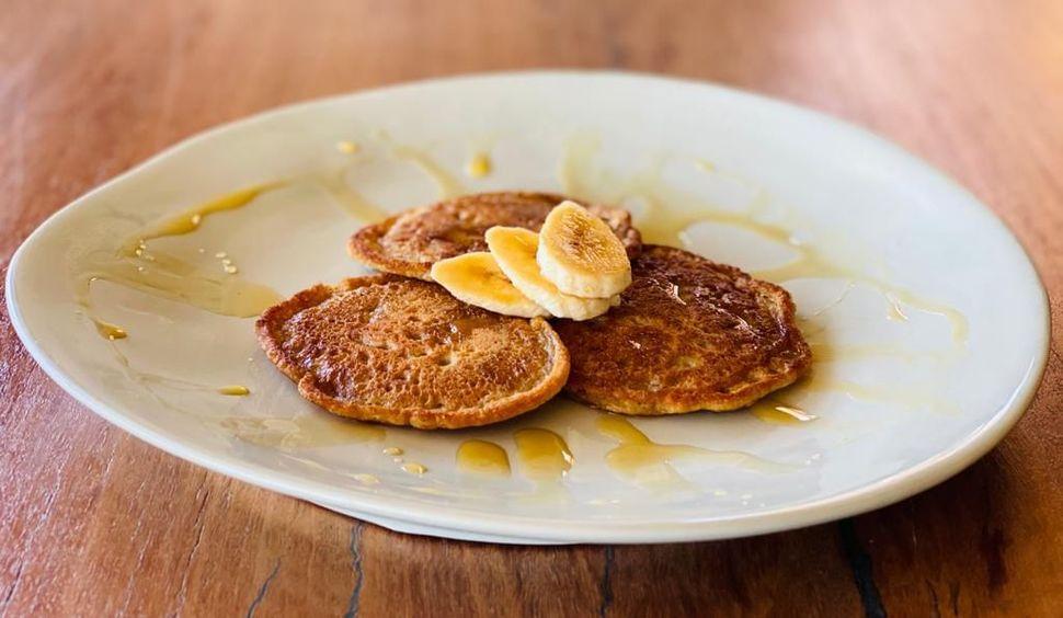 פנקייק טבעוני מקמח כוסמין עם בננות